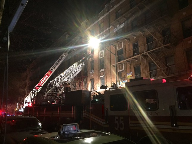 Cháy lớn tại tòa nhà trăm tuổi ở New York, 21 người thương vong ảnh 4