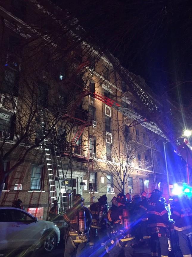 Cháy lớn tại tòa nhà trăm tuổi ở New York, 21 người thương vong ảnh 3