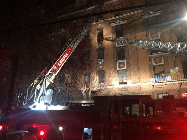 Cháy lớn tại tòa nhà trăm tuổi ở New York, 21 người thương vong ảnh 2