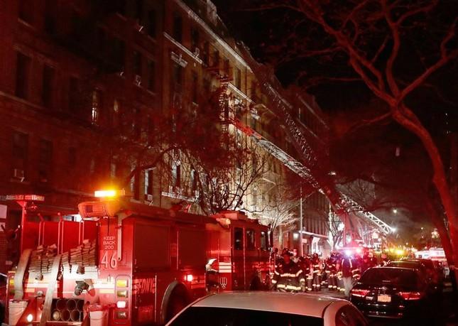 Cháy lớn tại tòa nhà trăm tuổi ở New York, 21 người thương vong ảnh 1