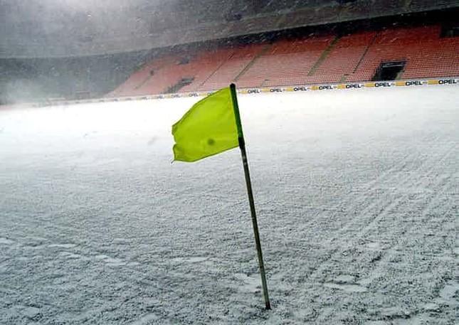 Những 'trận chiến' bóng đá dưới trời mưa tuyết ảnh 10