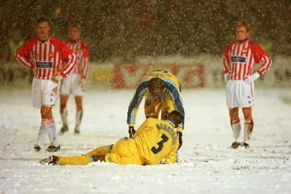 Những 'trận chiến' bóng đá dưới trời mưa tuyết ảnh 9