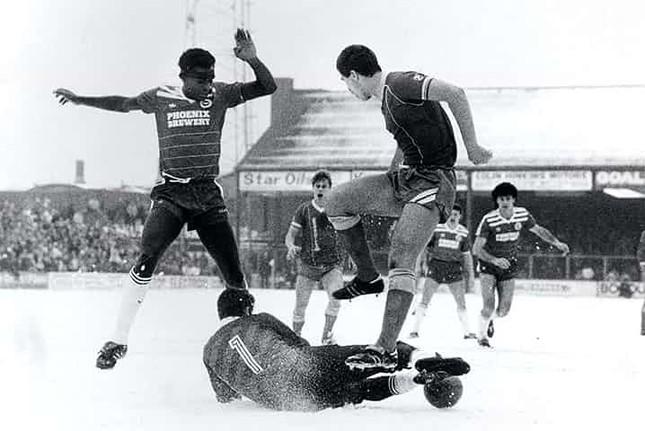 Những 'trận chiến' bóng đá dưới trời mưa tuyết ảnh 6