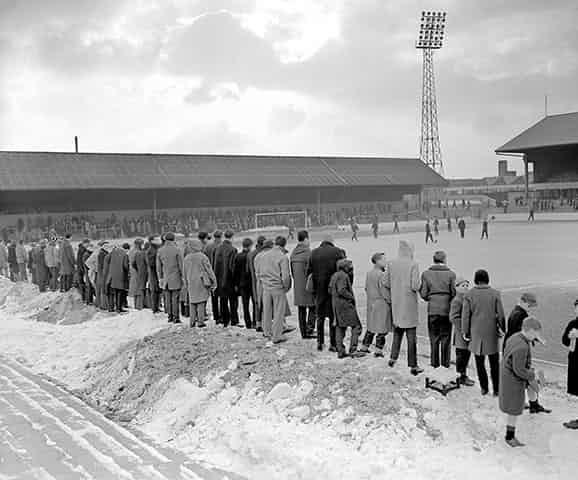 Những 'trận chiến' bóng đá dưới trời mưa tuyết ảnh 2