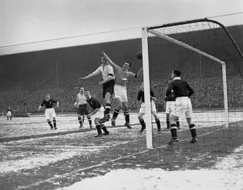 Những 'trận chiến' bóng đá dưới trời mưa tuyết ảnh 1