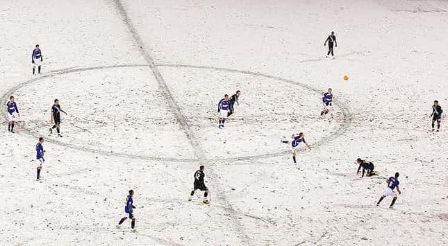 Những 'trận chiến' bóng đá dưới trời mưa tuyết ảnh 19