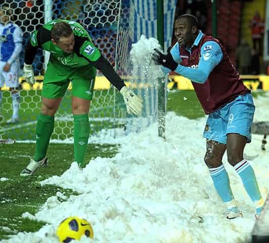Những 'trận chiến' bóng đá dưới trời mưa tuyết ảnh 18