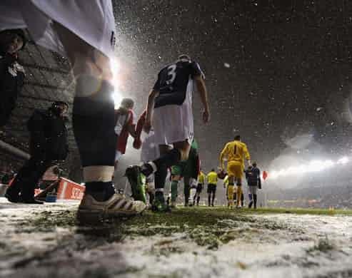 Những 'trận chiến' bóng đá dưới trời mưa tuyết ảnh 17