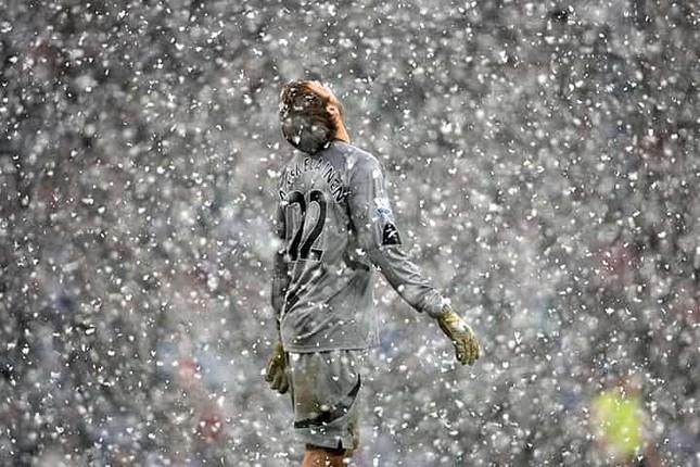 Những 'trận chiến' bóng đá dưới trời mưa tuyết ảnh 16