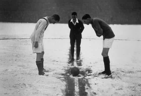 Những 'trận chiến' bóng đá dưới trời mưa tuyết ảnh 14