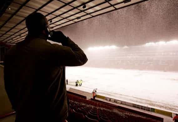 Những 'trận chiến' bóng đá dưới trời mưa tuyết ảnh 13