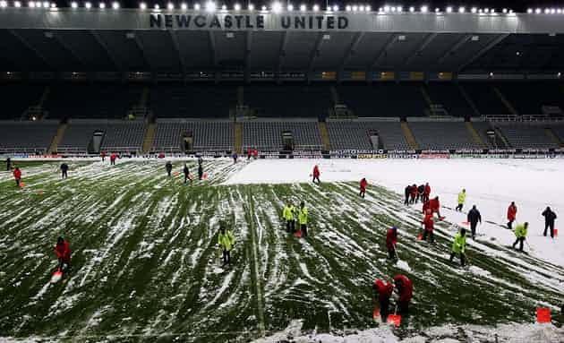 Những 'trận chiến' bóng đá dưới trời mưa tuyết ảnh 11