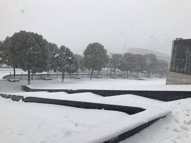 Tuyết phủ trắng xóa sân vận động trước chung kết U23 châu Á ảnh 9