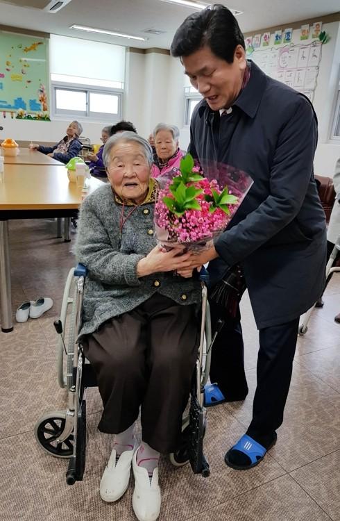 Mẹ của HLV Park Hang-seo muốn đến Việt Nam gặp con trai ảnh 2