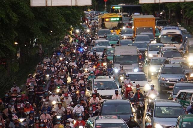Kẹt xe kinh hoàng ở cửa ngõ sân bay Tân Sơn Nhất ảnh 5