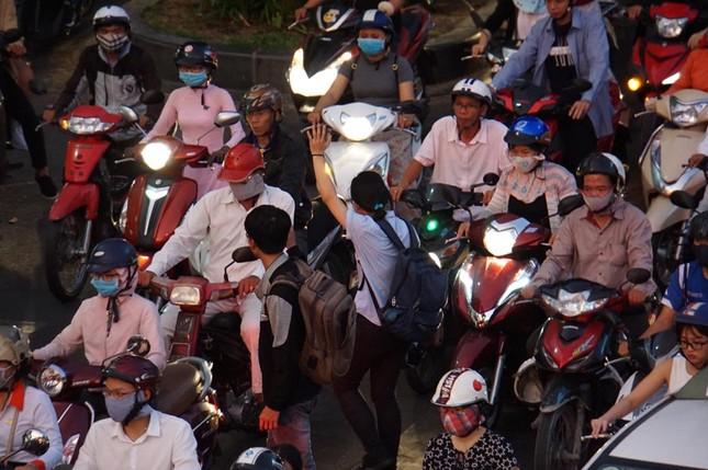 Kẹt xe kinh hoàng ở cửa ngõ sân bay Tân Sơn Nhất ảnh 13