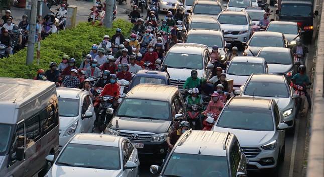 Kẹt xe kinh hoàng ở cửa ngõ sân bay Tân Sơn Nhất ảnh 4