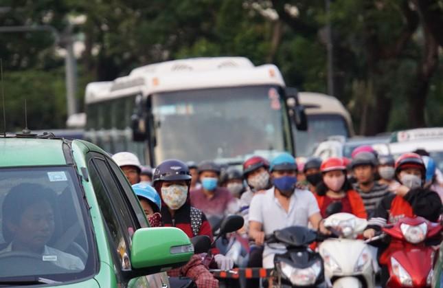 Kẹt xe kinh hoàng ở cửa ngõ sân bay Tân Sơn Nhất ảnh 14