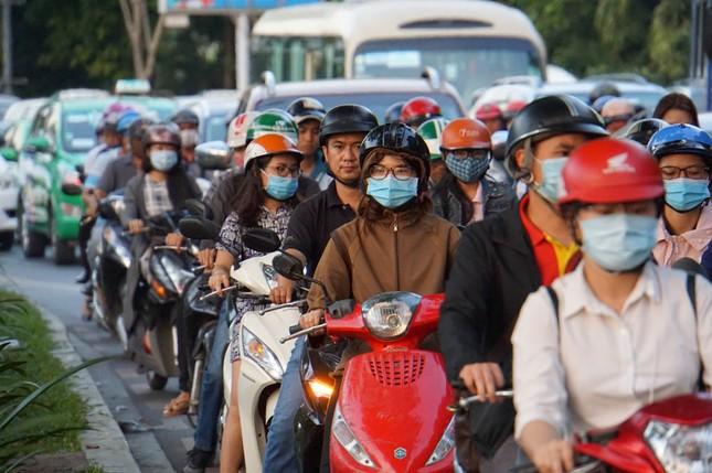 Kẹt xe kinh hoàng ở cửa ngõ sân bay Tân Sơn Nhất ảnh 1