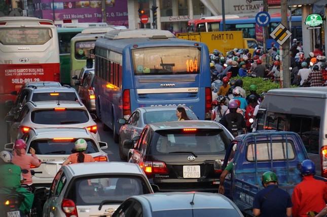 Kẹt xe kinh hoàng ở cửa ngõ sân bay Tân Sơn Nhất ảnh 3