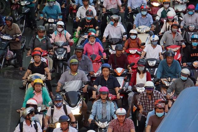 Kẹt xe kinh hoàng ở cửa ngõ sân bay Tân Sơn Nhất ảnh 10