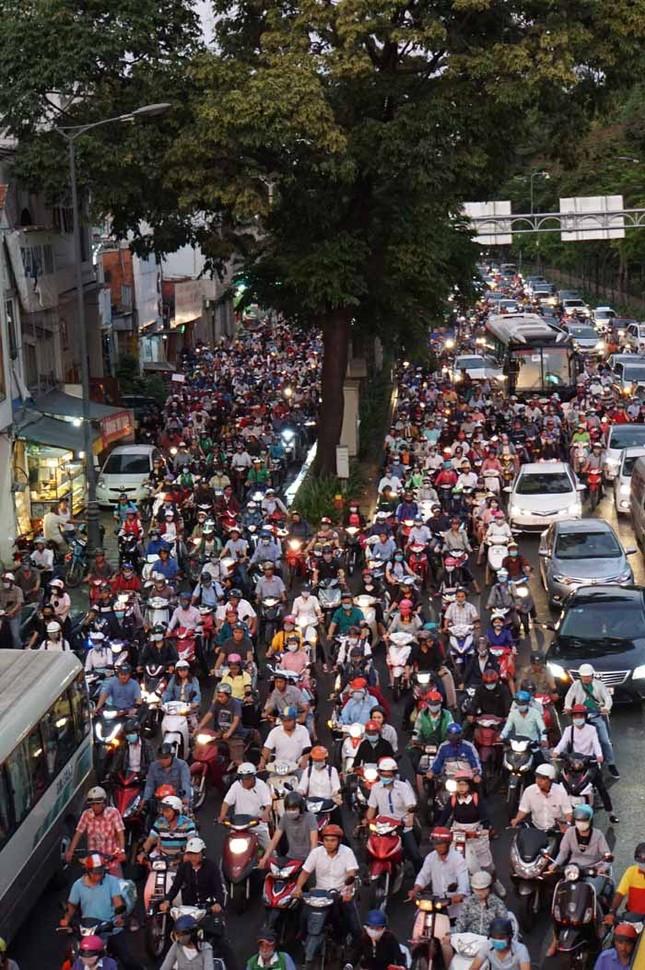Kẹt xe kinh hoàng ở cửa ngõ sân bay Tân Sơn Nhất ảnh 6