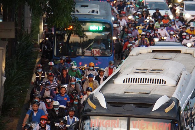 Kẹt xe kinh hoàng ở cửa ngõ sân bay Tân Sơn Nhất ảnh 15