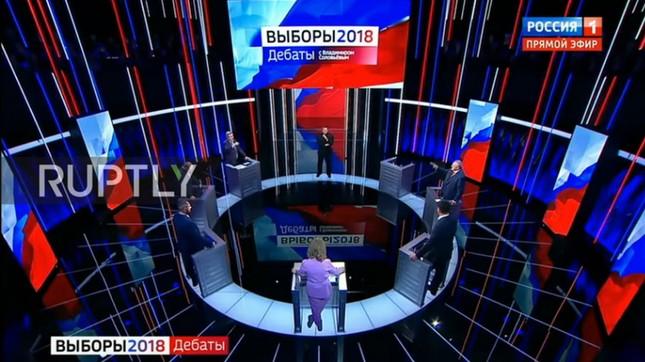 Nữ ứng viên Tổng thống Nga ôm mặt khóc vì bị đối thủ cắt lời ảnh 1