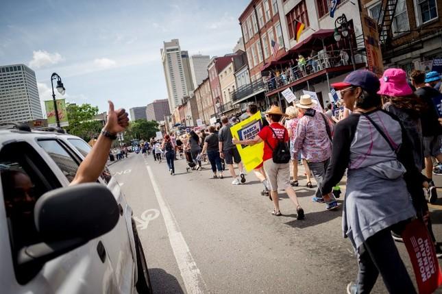 Làn sóng biểu tình phản đối súng đạn lan khắp nước Mỹ ảnh 9