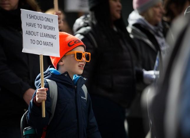 Làn sóng biểu tình phản đối súng đạn lan khắp nước Mỹ ảnh 8