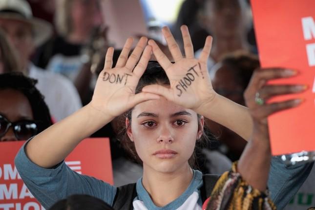 Làn sóng biểu tình phản đối súng đạn lan khắp nước Mỹ ảnh 6