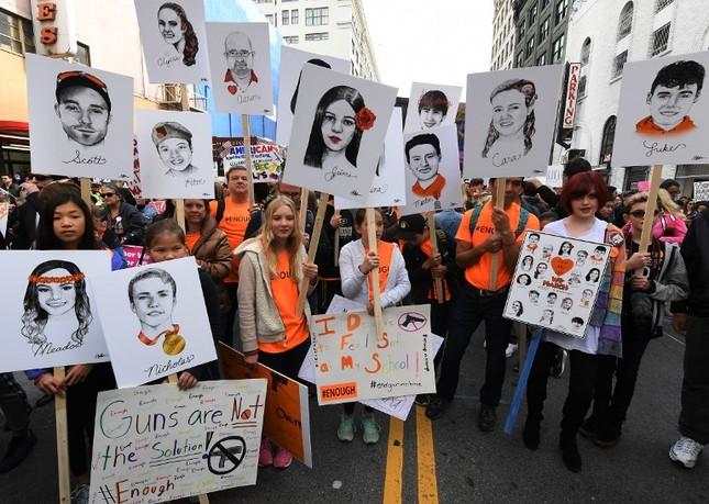 Làn sóng biểu tình phản đối súng đạn lan khắp nước Mỹ ảnh 5