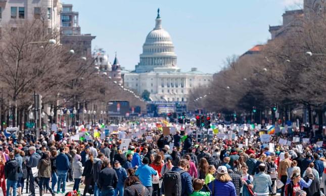 Làn sóng biểu tình phản đối súng đạn lan khắp nước Mỹ ảnh 1