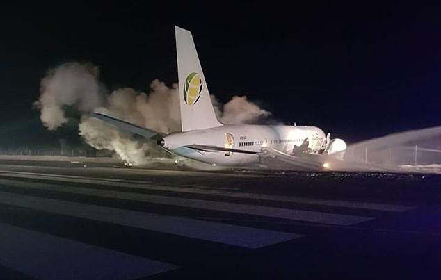 Máy bay Boeing chở 120 hành khách đâm sầm xuống đường băng ảnh 1
