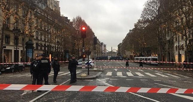Pháp: Paris hỗn loạn vì biểu tình phản đối tăng giá nhiên liệu ảnh 4