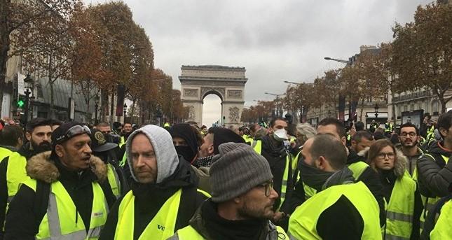 Pháp: Paris hỗn loạn vì biểu tình phản đối tăng giá nhiên liệu ảnh 2