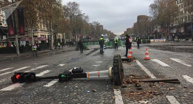 Pháp: Paris hỗn loạn vì biểu tình phản đối tăng giá nhiên liệu ảnh 10