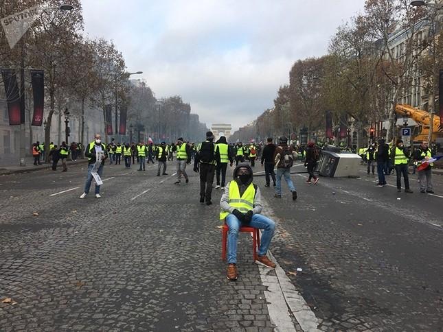 Pháp: Paris hỗn loạn vì biểu tình phản đối tăng giá nhiên liệu ảnh 8