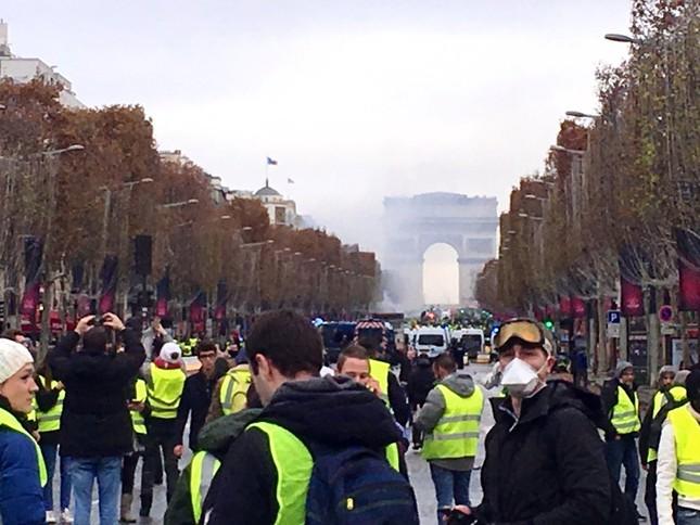Pháp: Paris hỗn loạn vì biểu tình phản đối tăng giá nhiên liệu ảnh 12