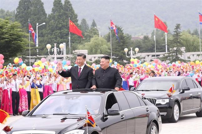 Ông Tập Cận Bình đi xe mui trần, vẫy chào người dân Triều Tiên ảnh 12