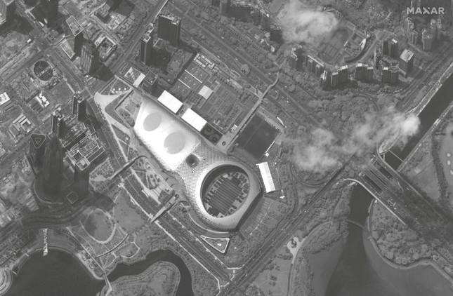 Ảnh vệ tinh: Trung Quốc tập trung hàng trăm xe quân sự gần Hong Kong? ảnh 1