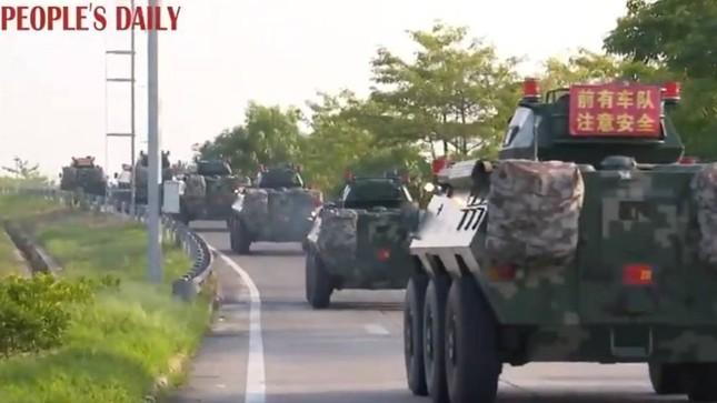 Ảnh vệ tinh: Trung Quốc tập trung hàng trăm xe quân sự gần Hong Kong? ảnh 2