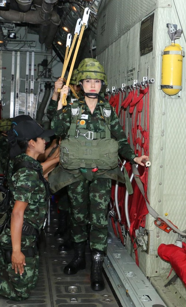 Loạt ảnh hiếm về binh nghiệp Hoàng quý phi Thái Lan vừa bị phế truất ảnh 4