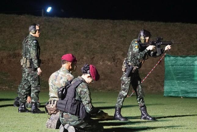 Loạt ảnh hiếm về binh nghiệp Hoàng quý phi Thái Lan vừa bị phế truất ảnh 7