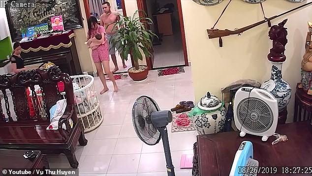 Vụ võ sư Việt Nam đánh vợ đang ôm con lên báo nước ngoài ảnh 1