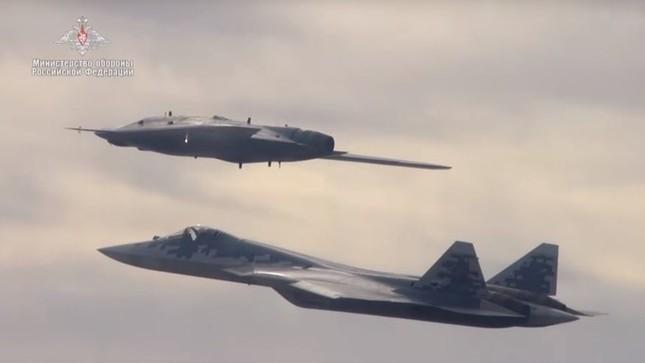 Xem Su-57 'song kiếm hợp bích' ngoạn mục cùng UAV Thợ săn Nga ảnh 1