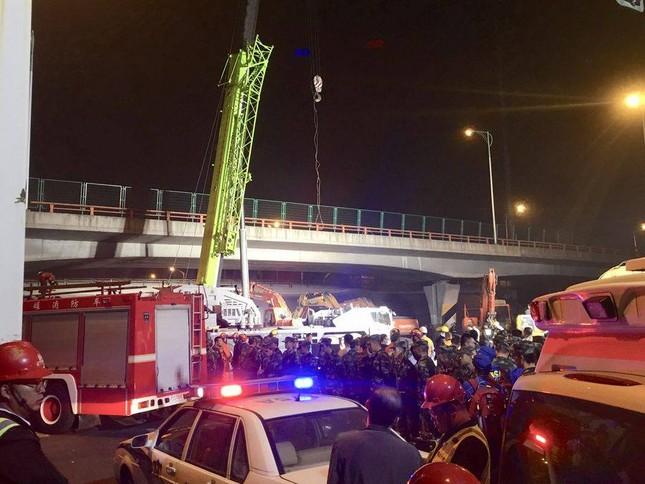 Cầu vượt đổ sập, đè trúng xe hơi, nhiều người mất mạng ảnh 1