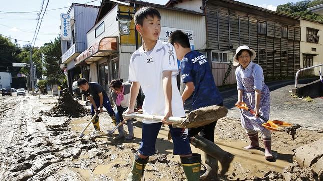 Dân Nhật hối hả dọn dẹp, binh sĩ đẩy mạnh tìm người sống sót hậu bão Hagibis ảnh 8