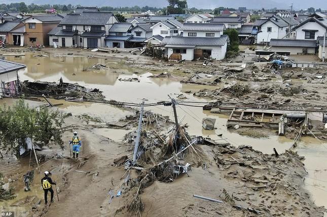 Dân Nhật hối hả dọn dẹp, binh sĩ đẩy mạnh tìm người sống sót hậu bão Hagibis ảnh 4