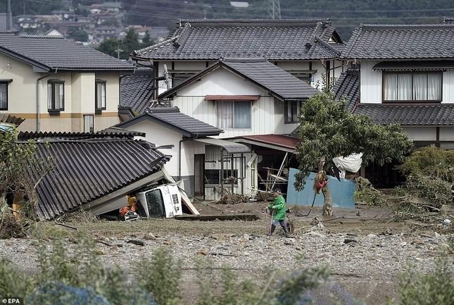 Dân Nhật hối hả dọn dẹp, binh sĩ đẩy mạnh tìm người sống sót hậu bão Hagibis ảnh 3